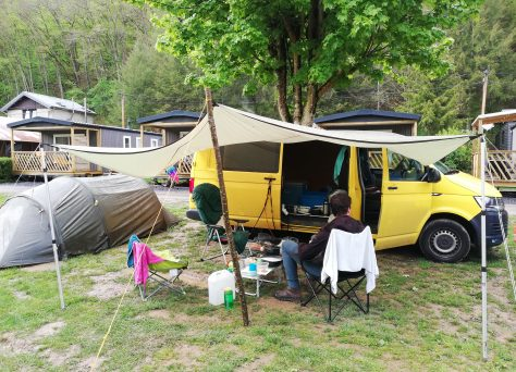 Ons kampement met droge zitplaatsen